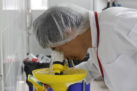 trabajador está usando ojos colada de la ducha