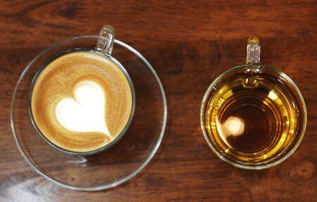 Heißer Kaffee mit Tee auf Holztisch Standard-Bild