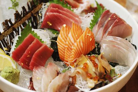 Ensemble de poissons crus de sashimi japonais