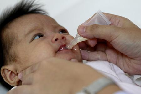 bebé de 2 meses tome la vacuna Rota Foto de archivo