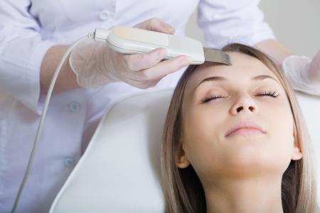 La femme se trouve sur une table dans un salon de beauté d'obtenir un traitement
