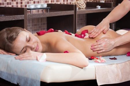 Femme bénéficiant d'un massage dans un cadre spa