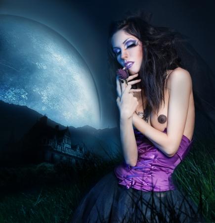 Mooi Meisje met donker haar met een roos in de hand