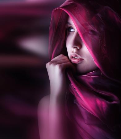 modelo desnuda: hermosa mujer con una bufanda de color púrpura Foto de archivo