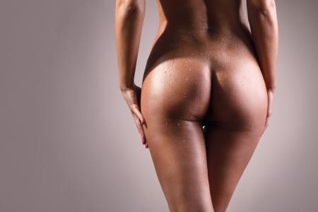 belle fille avec le corps mouillé