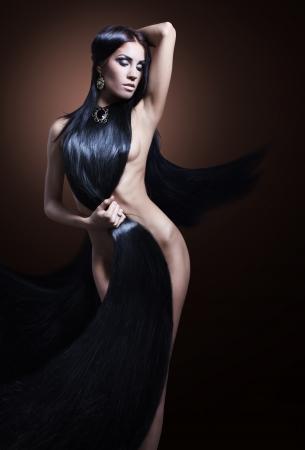 fashion girl sexy dans une robe faite de cheveux