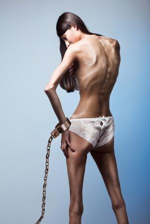 desorden: Parte del cuerpo de la mujer sufre de anorexia nerviosa