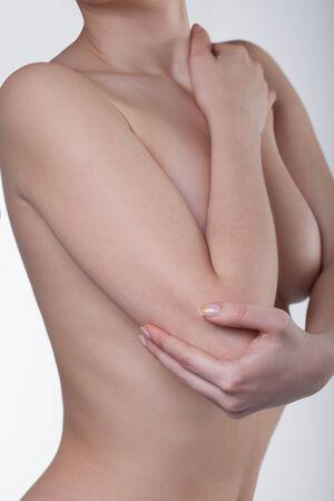 masaje deportivo: Un hombre con su codo. Dolor en el joint.Pain codo.