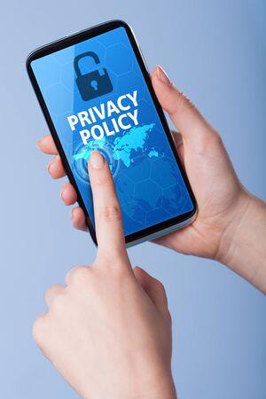 privacidad: Hombre presiona un teléfono inteligente de pantalla táctil con el símbolo de la política de privacidad. Negocios, la tecnología, el concepto de internet. Foto de archivo
