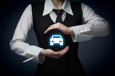 Voiture (automobile) et de l'assurance dommages collision concepts de renonciation. Homme d'affaires avec un geste de protection et l'icône de la voiture.