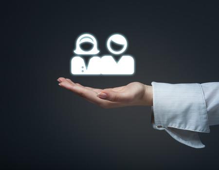 ターゲット視聴者や顧客の概念。女性ホールドは、ターゲットとなるお客様を手に、バック グラウンドでターゲットします。