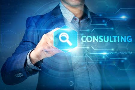 Affari, internet, concetto di tecnologia. Uomo d'affari sceglie pulsante Consulting su una interfaccia touch screen.