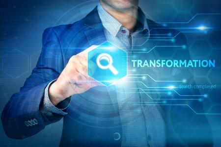 Affaires, internet, concept technologique. Homme d'affaires choisit le bouton de transformation sur une interface à écran tactile.