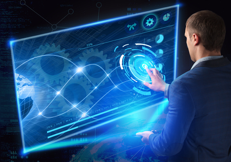 비즈니스, 기술, 인터넷 및 네트워크 개념. 미래의 기술. 젊은 사업가, 미래의 스마트 폰에서 작업, 가상 디스플레이 버튼을 클릭
