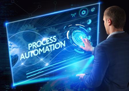 process: Negocio, Tecnología, Internet y el concepto de red. la tecnología del futuro. Joven empresario, que trabaja en el teléfono inteligente del futuro, hace clic en el botón de pantalla virtual: la automatización de procesos
