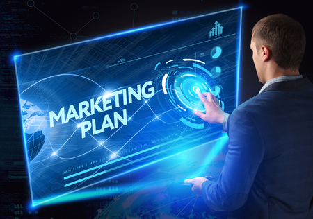 Business, technologie, internet en netwerkconcept. Technologie toekomst. Jonge zakenman, bezig met de smartphone van de toekomst, klikt op de virtuele display-knop: Marketingplan Stockfoto