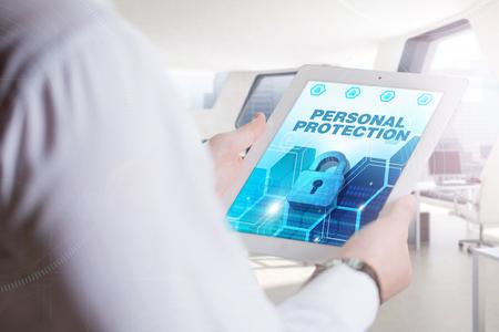 elementos de protecci�n personal: Negocio, Tecnolog�a, Internet y el concepto de red. joven hombre de negocios, trabajando en la tableta del futuro, seleccione en la pantalla virtual: Protecci�n Personal Foto de archivo