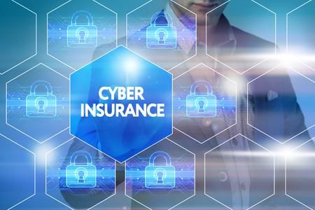 비즈니스, 기술, 인터넷 및 네트워킹 개념입니다. 실업가가 가상 화면에서 버튼 누르기 : 사이버 보험