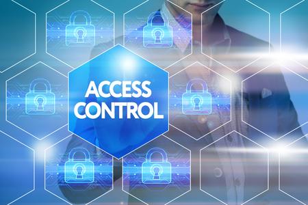 Business, tecnologia, internet e concetto di networking. L'uomo d'affari preme un pulsante sullo schermo virtuale: controllo di accesso