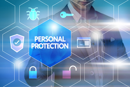 elementos de protección personal: Negocios, tecnología, Internet y concepto de red. Hombre de negocios presiona un botón en la pantalla virtual: Protección Personal Foto de archivo