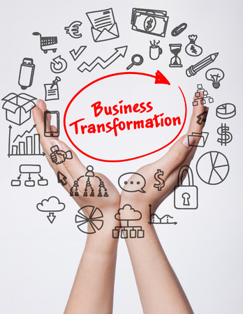 기술, 인터넷, 비즈니스 및 마케팅. 젊은 비즈니스 여자 쓰기 단어 : 비즈니스 변환