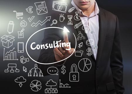 Concepto de negocio, tecnología, internet y red. Hombre de negocios que trabaja en la tableta del futuro, seleccione en la pantalla virtual: consultoría Foto de archivo