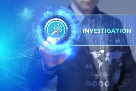 Business, technologie, Internet et concept de réseau. Homme d'affaires travaillant sur la tablette du futur, sélectionnez sur l'affichage virtuel: Enquête Banque d'images - 75250026