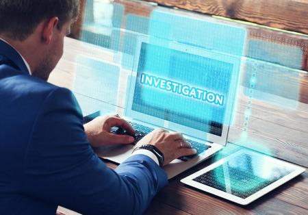 Concetto di business, tecnologia, internet e networking. Giovane uomo d'affari che lavora sul suo computer portatile in ufficio, selezionare l'icona Investigazione sul display virtuale.