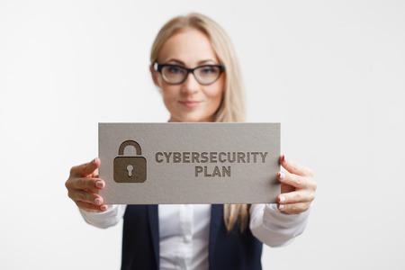 ビジネス、テクノロジー、インターネット、ネットワークの概念。碑文サイバーセキュリティ計画との看板を保持している若い女の子.