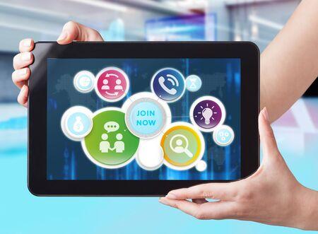 Business, Technologie, Internet und Netzwerkkonzept. Geschäftsmann, der am Tablet der Zukunft arbeitet, wählen Sie auf dem virtuellen Display: Jetzt beitreten Standard-Bild
