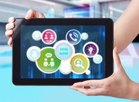 Concepto de negocio, tecnología, Internet y red. Hombre de negocios trabajando en la tableta del futuro, seleccione en la pantalla virtual: únase ahora Foto de archivo