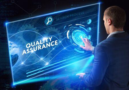 Koncepcja biznesu, technologii, Internetu i sieci. Usługa Zapewnienia Jakości gwarantuje standard.