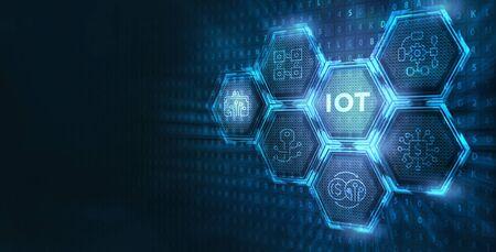 Internet de las cosas - concepto IOT. El empresario ofrece productos y soluciones IOT. Joven empresario selecciona el chip abstracto con texto IoT en la pantalla virtual.