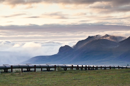Pipeline along side Dalton highway with Sukakpak Mountain as a background 版權商用圖片 - 10192257