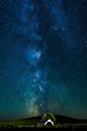 Milky Ways over de witte hut Stockfoto