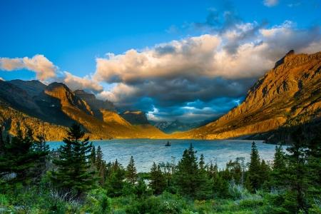 Amanecer en Santa María del Lago del Ganso Salvaje punto de vista de la isla, el Parque Nacional Glacier, Montana