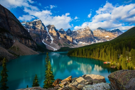 banff national park: Sunrise at Moraine lake with in the valley of ten peaks, Banff national park, alberta, canada