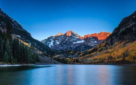 Zonsopgang bij Maroon Bells met kleur van de daling, Colorado Stockfoto