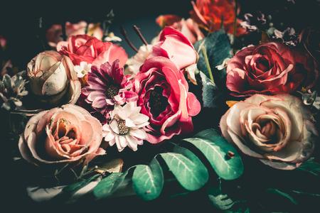 ビンテージ: 美しい花の色鮮やかな束を閉じます。ヴィンテージやレトロなトーン。