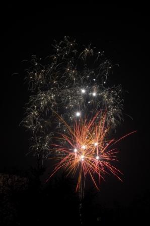 Weiße und rote Feuerwerk am schwarzen Himmel Lizenzfreie Bilder
