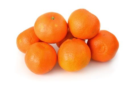 Ein paar Clementinen auf weißem Hintergrund