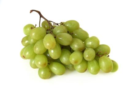 Ein Bündel von grünen Trauben auf weißem Hintergrund