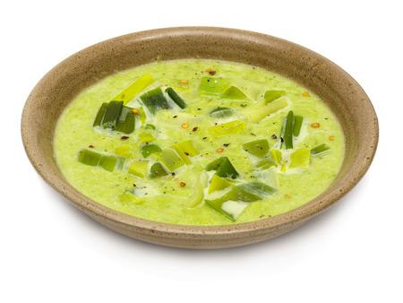 Lauchsuppe mit Lauch auf einem braunen Suppenteller Lizenzfreie Bilder