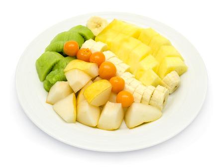 Obstteller mit Bananen, Ananas, Physalis, Kiwi und gelbe Birne williams auf weißem Hintergrund
