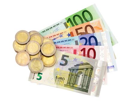 Euro-Scheine und-Münzen auf weißem Hintergrund