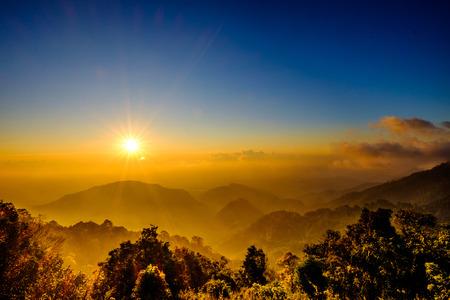 Mist met Sun Rise Flare en Cloud at Mountain Viewpoint