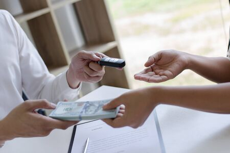 The capitalist has rented a car for the tenant and the tenant has made a deposit as collateral according to the law. 免版税图像