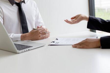 Kadra kierownicza przeprowadza rozmowy kwalifikacyjne z kandydatami do pracy i wstępne sprawdzanie przeszłości, kandydaci rozmawiają o swoim dotychczasowym doświadczeniu zawodowym, menedżerowie osobiści podejmują decyzje o zatrudnieniu.