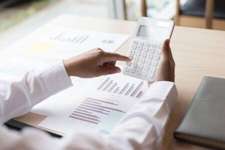 プロの投資家、ビジネスマンエグゼクティブは、投資と計画戦略的マーケティング、財務および会計コンセプトのプロジェクト統計結果を働き、分析しています