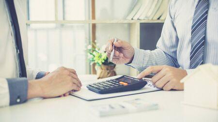 Makler, Makler oder Immobilienkaufleute beraten Kunden, die eine Hausratversicherung abschließen möchten und bieten Konditionen zur Genehmigung an, Finance oder Accounting and Insurance Concept